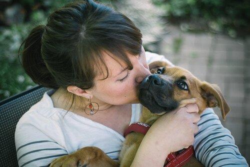 köpeğini öpen kadın