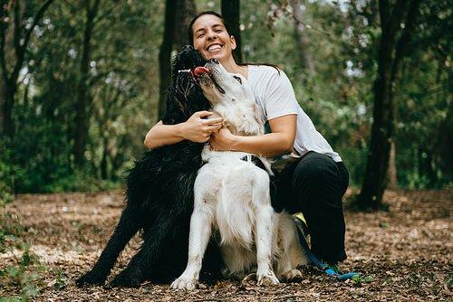 iki köpeğine sarılan kadın
