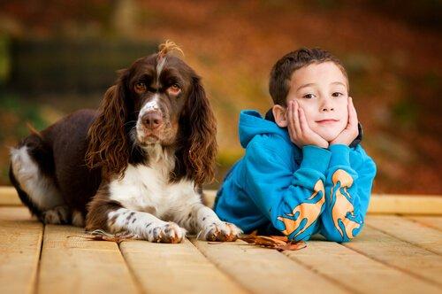 köpeği olan çocuk