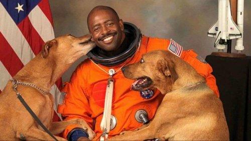 Köpekleriyle Fotoğraf Çektirmek İsteyen Astronot