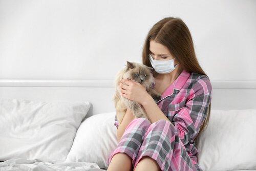 kedi alerjisi olan kadın