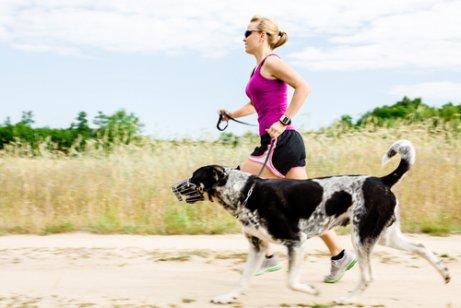 köpeğiyle koşan kadın