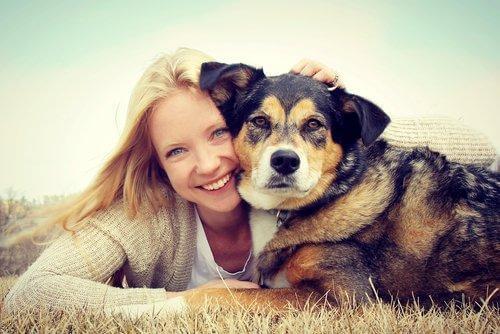 köpeğiyle mutlu kadın