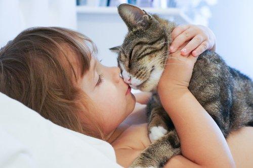 kız kediyi öpüyor