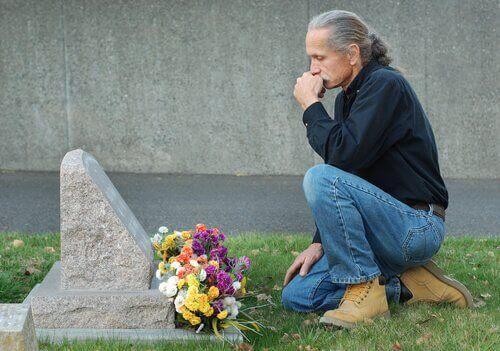 mezar başında oturan yaşlı adam