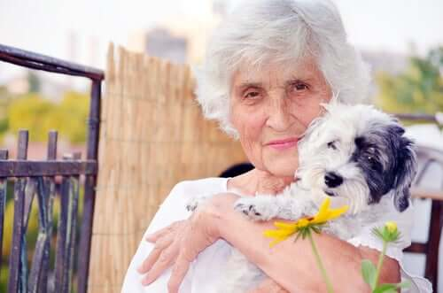 Yaşlı bir kadın ve köpeği.