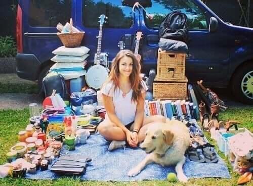 Karavanını Köpeğiyle Beraber Gezmek İçin Düzenleyen Kadın