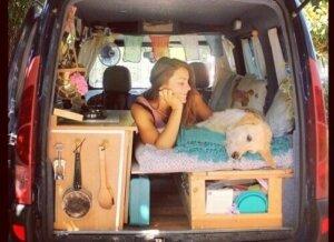 Marina ve köpeği karavanın içerisinde