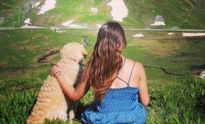 Köpeği Odie ile çayırda sahibi Marina
