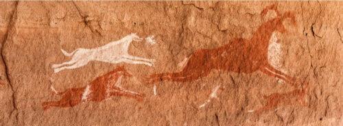 mağarada köpeklerin avları kovalaması resmedilmiş