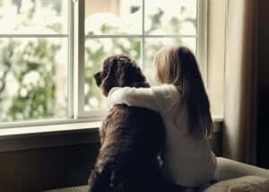 köpeğe sarılmış kız