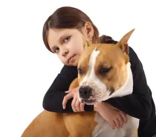 köpeğe sarılann kız çocuğu